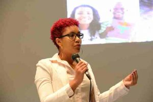 yasmine-essed-program-manager-at-k1-britannia-giving-her-presentation-for-oranje-fonds